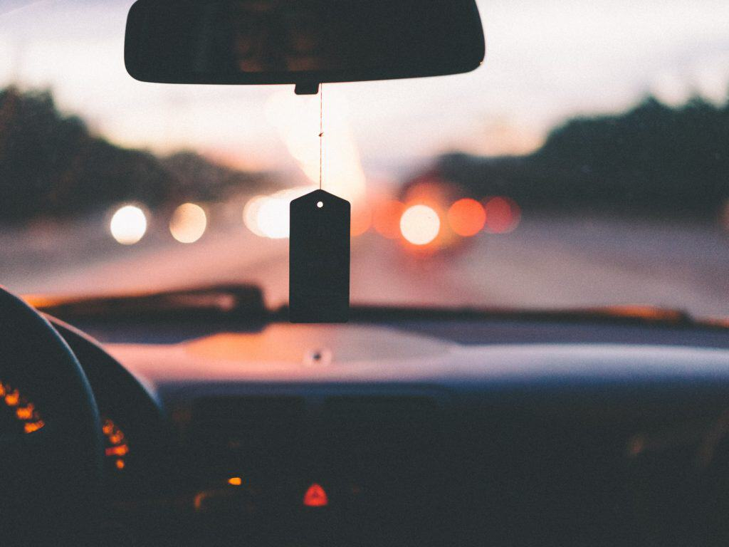 Darowizna samochodu – jak wygląda umowa, kiedy i w jakiej wysokości należy zapłacić podatek od spadków i darowizn?