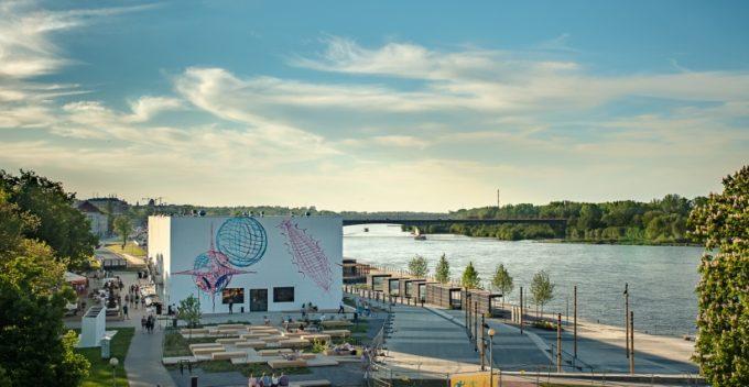 Widok nabudynek Muzeum Sztuki Nowoczesnej nadWisłą