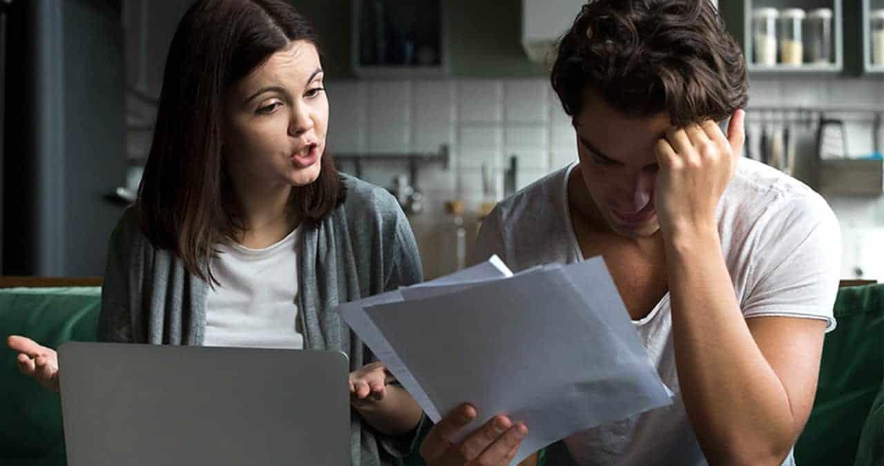 kobieta imężczyzna przeglądają papiery