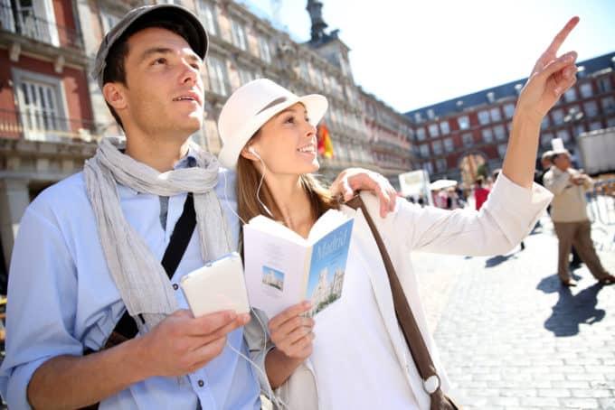 Para zwiedzająca miasto