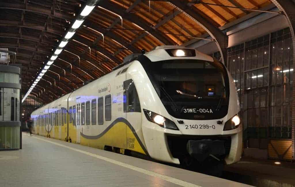 pociąg kolei dolnośląskich nastacji weWrocławiu