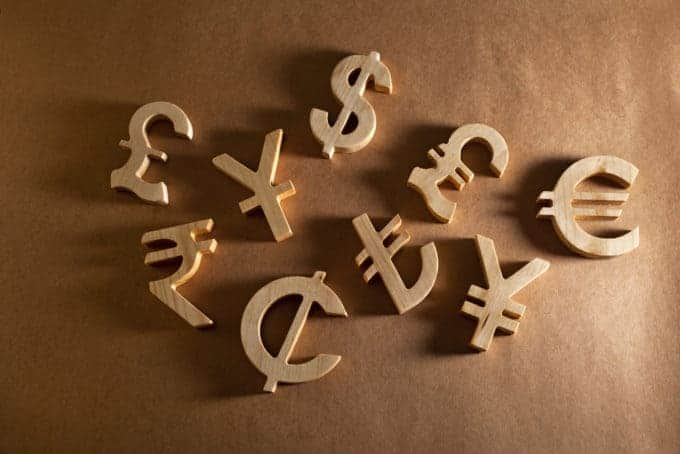 Drewniane symbole walut