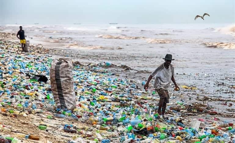 ludzie w śmieciach