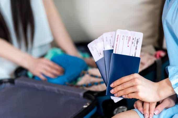 Kobieta trzymająca paszporty zbiletami