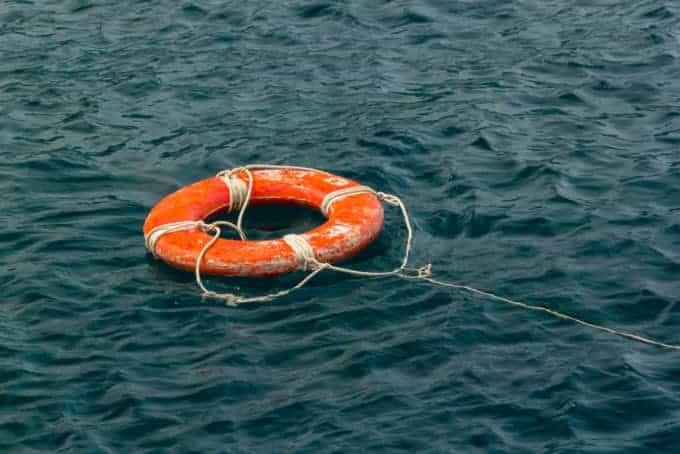 Koło ratunkowe rzucone na morzu
