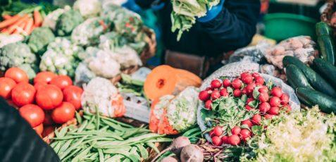 25 miejsc ze zdrową żywnością w Warszawie – ekosklepy, biobazary i targi, które warto znać!