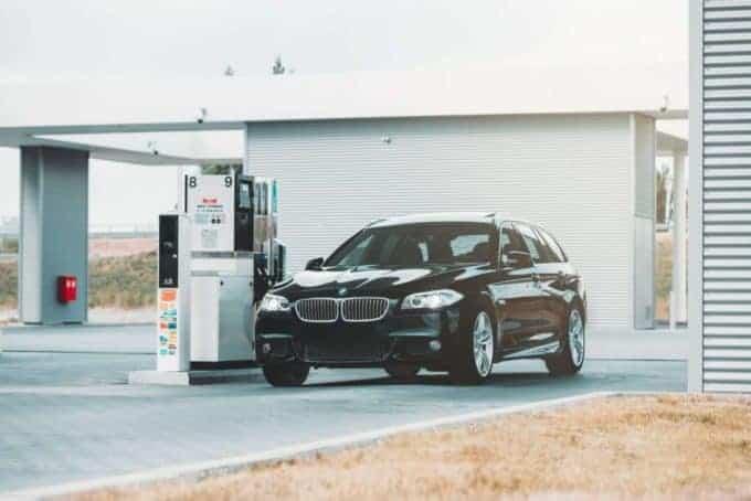 samochód nastacji benzynowej