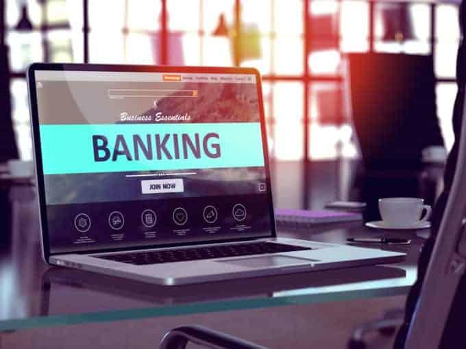 komputer zotwartą bankowością mobilną