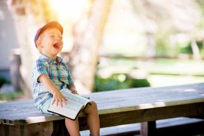śmiejące się dziecko na ławce