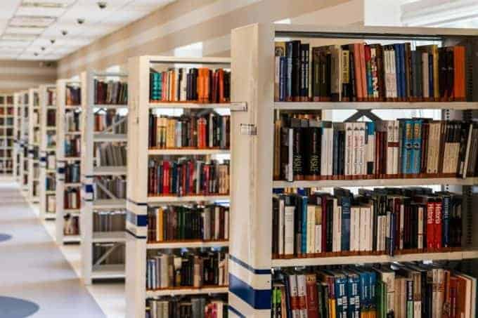 półki zksiążkami wbibliotece