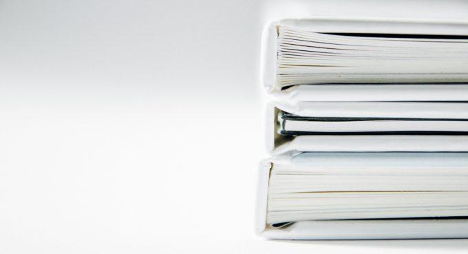 3 książki ułożone jedna nadrugiej