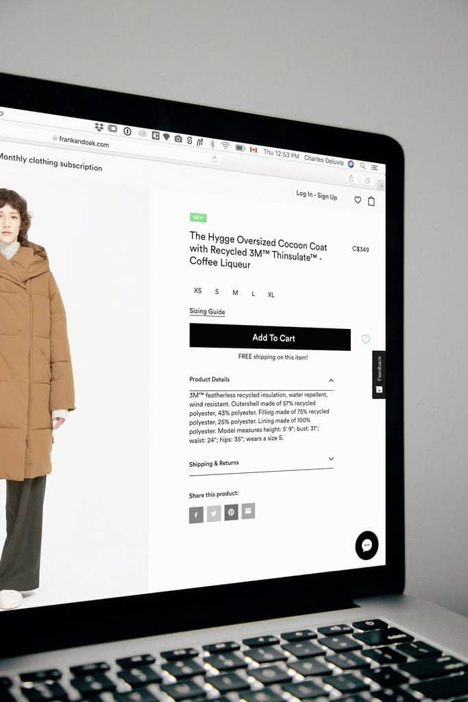 ekran z otwartą stroną sklepu odzieżowego