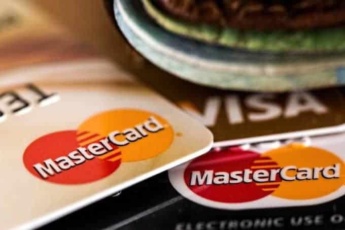 Na stole leżą różne rodzaje kart płatniczych