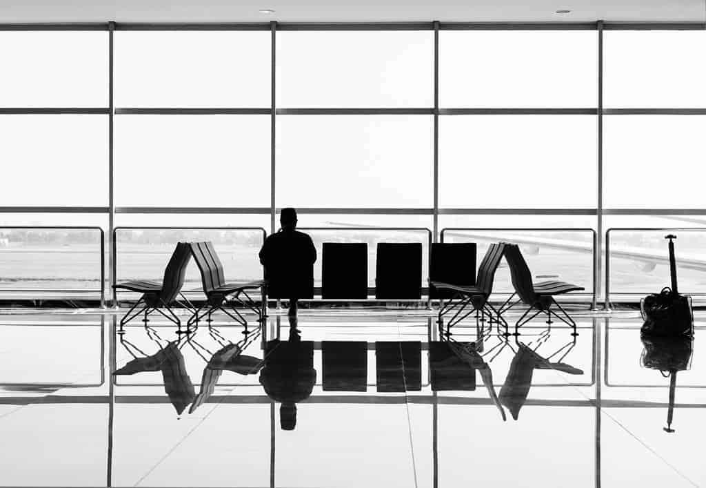 jedna osoba czeka w hali odlotów na lotnisku