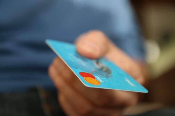 Pan trzymający kartę płatniczą