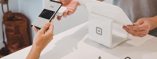 Jak płacić telefonem? Aplikacje mobilne i technologie BLIK, Apple Pay, Google Pay, HCE