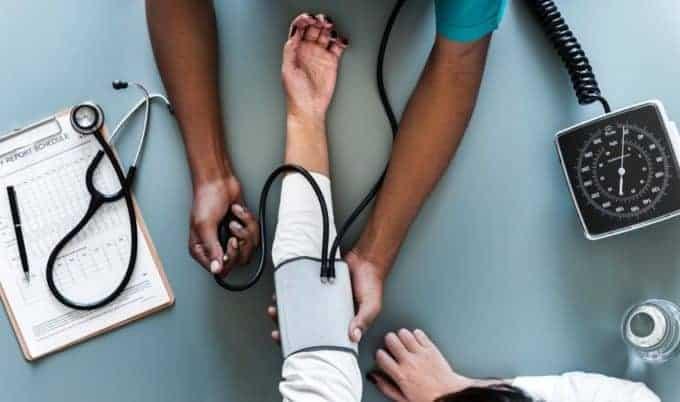 lekarz mierzy pacjentowi ciśnienie