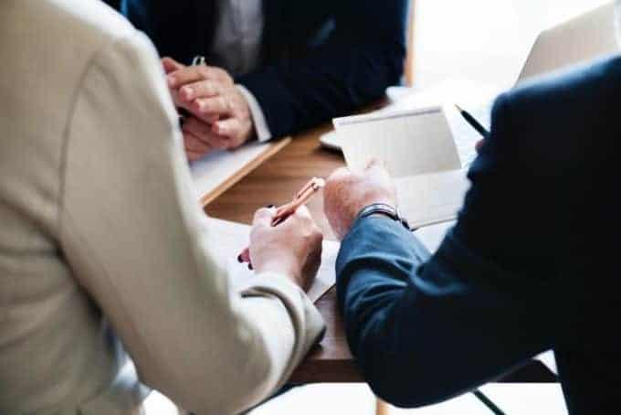 para podpisuje umowę z doradcą
