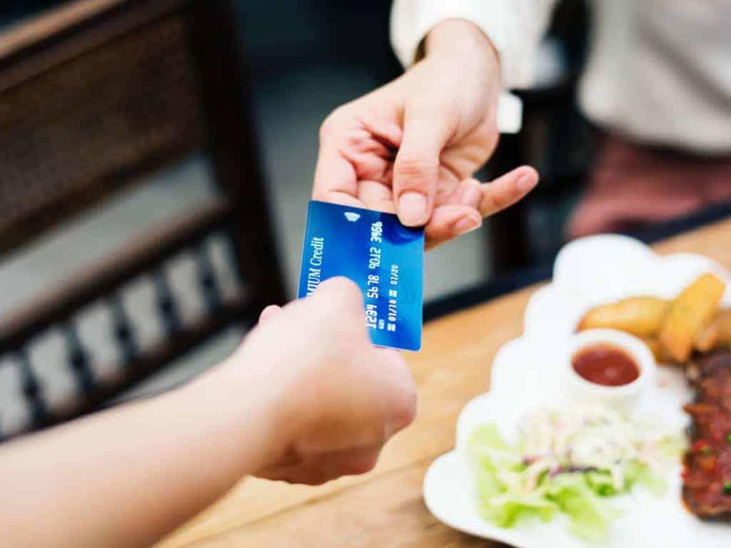 Karta wielowalutowa: jak działa i którą ofertę wybrać?