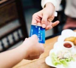 Karta wielowalutowa: jak działa iktórą ofertę wybrać?