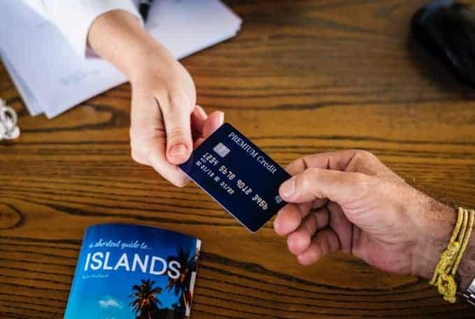 Pan płaci kartą kredytową