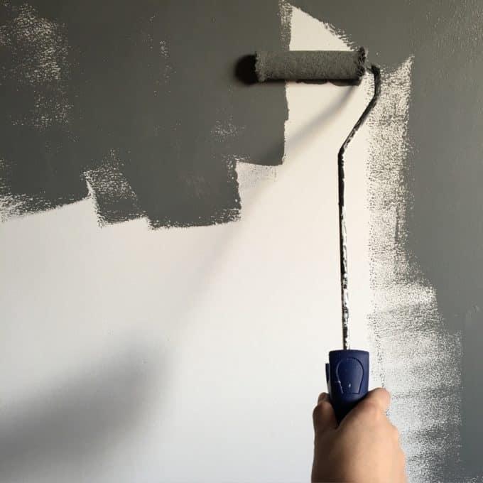 osoba maluje ścianę naszaro
