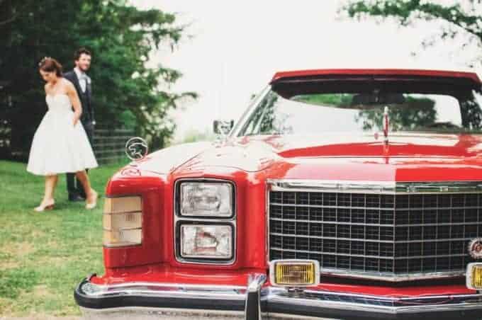 czerwony samochód iwtle para młoda