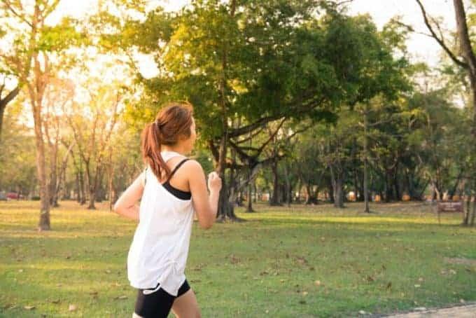 kobieta biegająca w parku