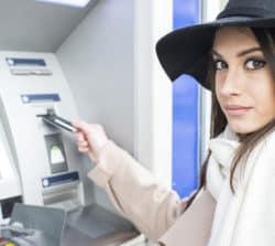Jak wypłacić pieniądze zbankomatu (także bezkarty)?