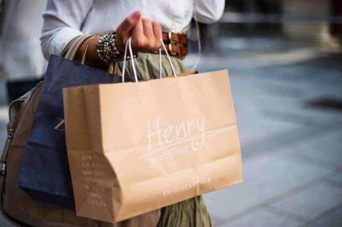 kobieta trzymająca wręce torby zzakupami
